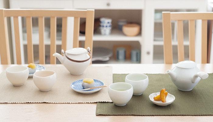テーブルに並んだセラミックジャパンの蒼爽シリーズの急須セットや和菓子の乗った小皿