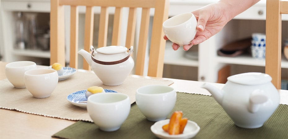 お茶を楽しむひと時に 仕草までも美しく見せる蒼爽の茶器