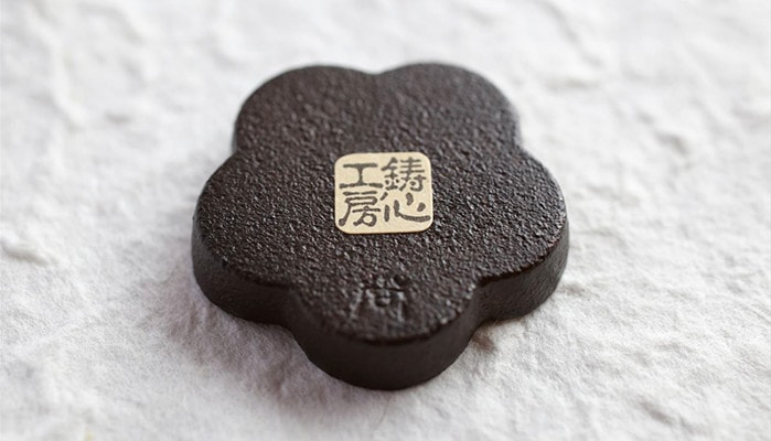 logo of Chushin Kobo on the back of modern chopstick rest