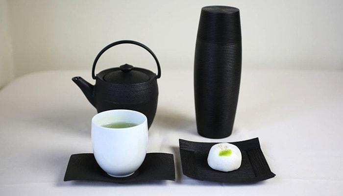 山形鋳物の重厚なソーサーとモダンなカップ