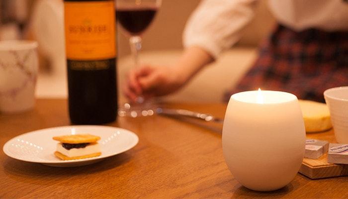 テーブルに火を灯したキャンドル