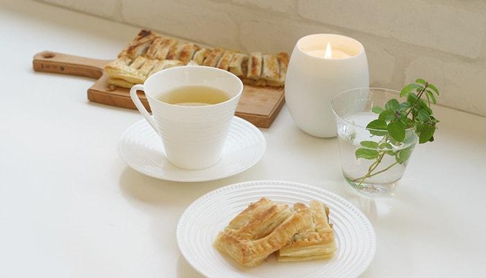 キャンドルやアップルパイ、お茶などティータイムの様子