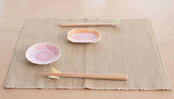 有田ジュエルとバタフライ箸置き・夫婦橋セットがテーブルにセットされている様子