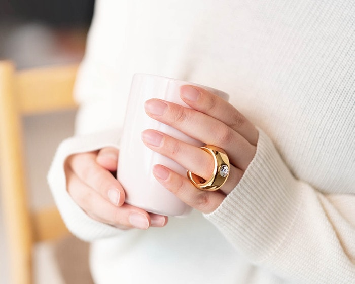 CUPRINGの取っ手の指輪を薬指に通して手に持っている様子
