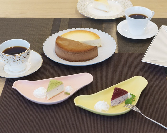 A woman is about to take Japanese confectionery on bird plates