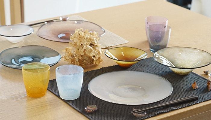食卓にfrescoのプレートやカップ、箸置きが並んでいる