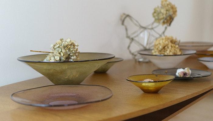 ドライフラワーが飾られたfresco kasumiのボウルがテーブルに並んでいる