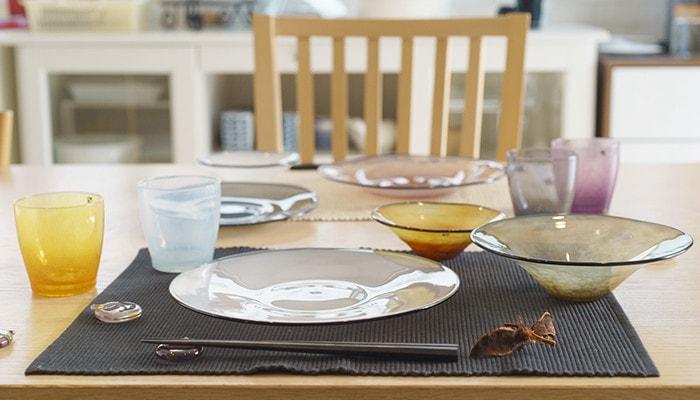 テーブルにfrescoのプレートやボウル、箸置きがセットされている