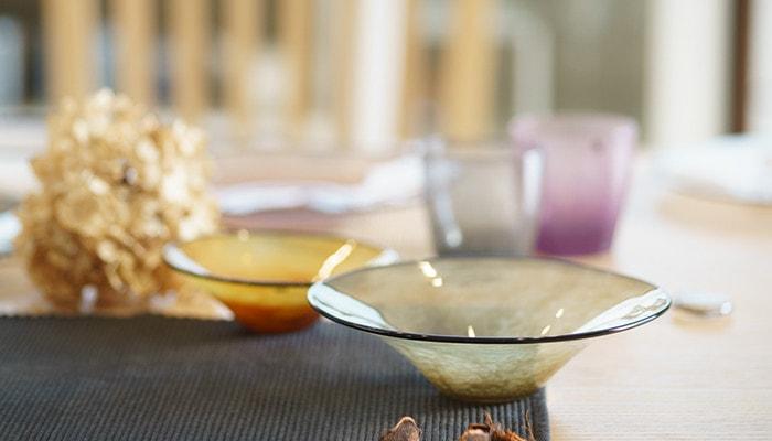テーブルにセットされたfresco kasumiのボウルのアップ