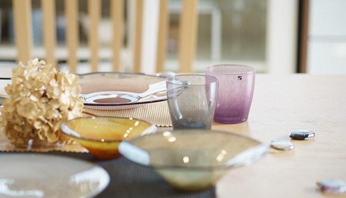 食卓にfrescoのガラスの食器が並べられている