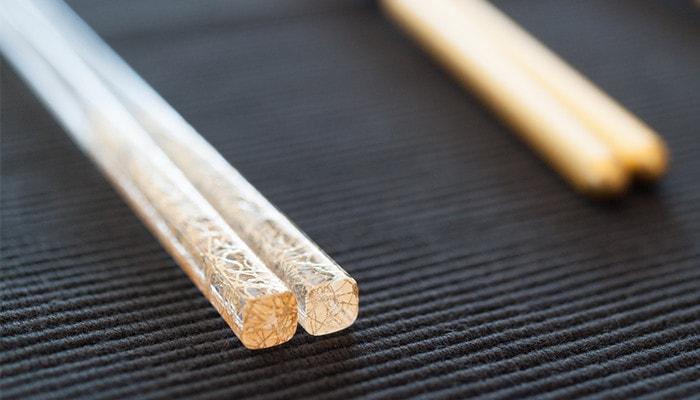 クリア金糸の箸の持ち手部分の先端のアップ