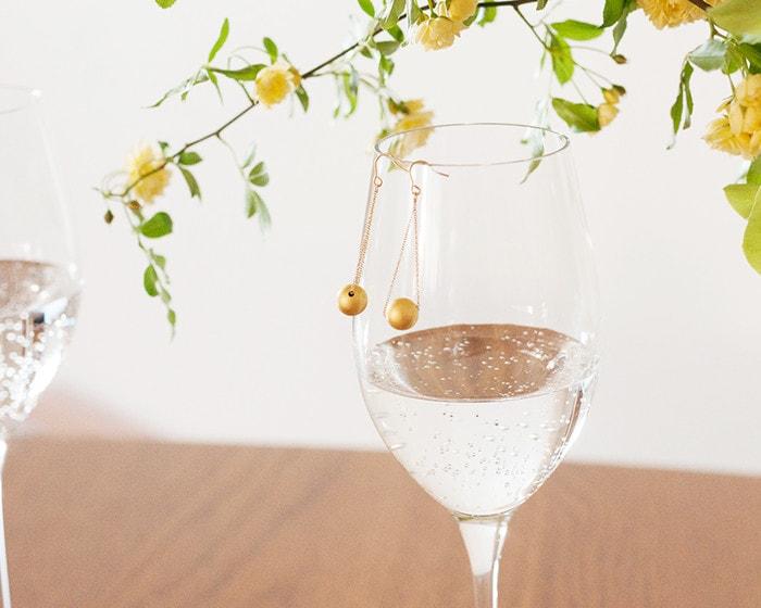 グラスに飾った箔一金箔アクセサリーのピアス