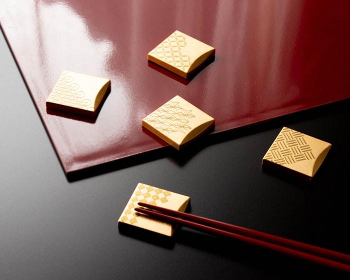 折敷と箸と福招き箸置きのコーディネート