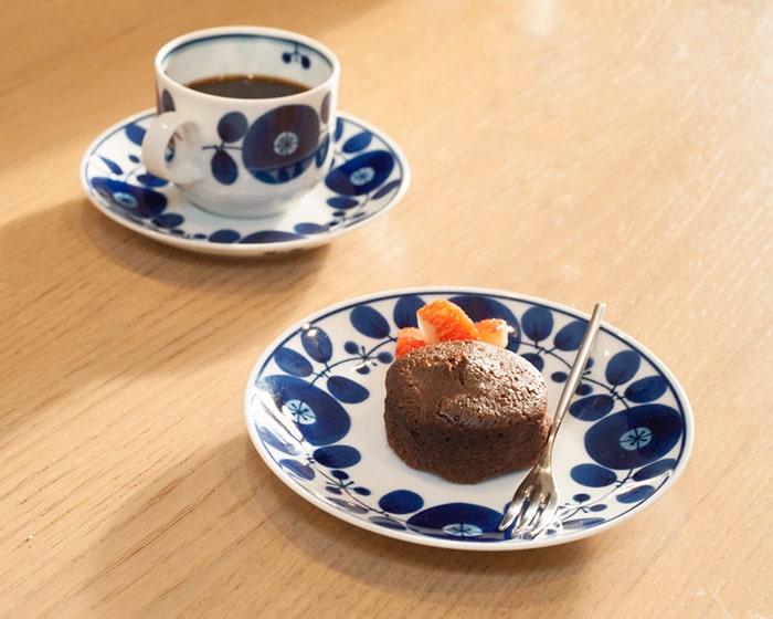 ブルームプレートにケーキが載っていて、コーヒーの入ったブルームマグが奥にある