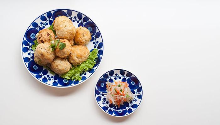 Mサイズのプレート皿に肉団子が、SSサイズのプレート皿にサラダが盛り付けられている