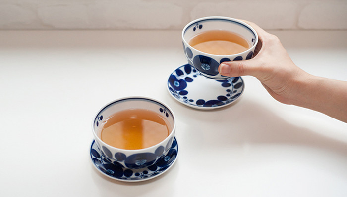 A woman is drinking tea with dessert cup of Bloom series