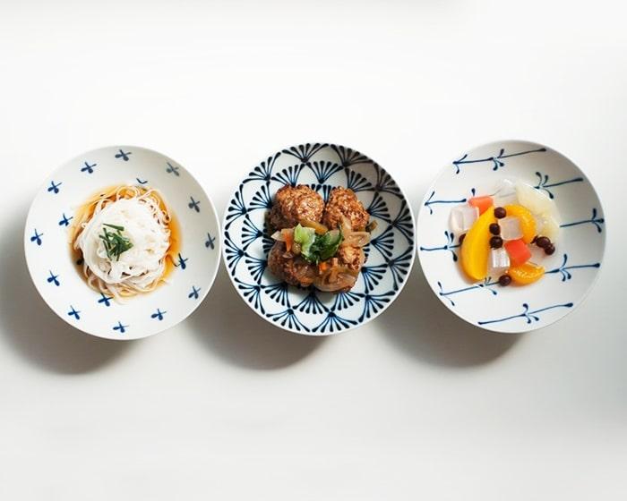 4枚のモダンな柄の平茶碗を上から撮った写真