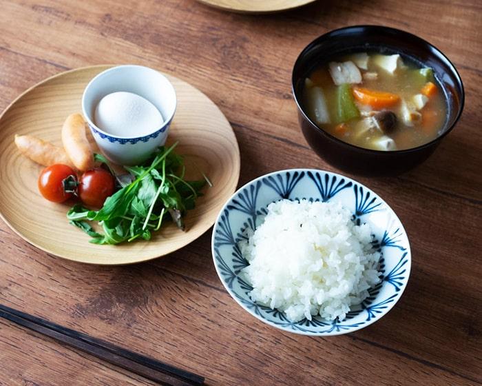 平茶碗や具沢山汁椀、山桜ノ木皿を使用した食卓の風景
