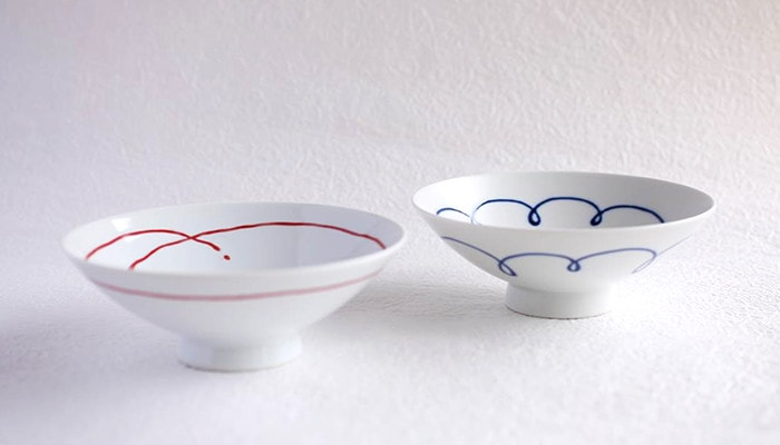 Rice bowls with red line and blue line