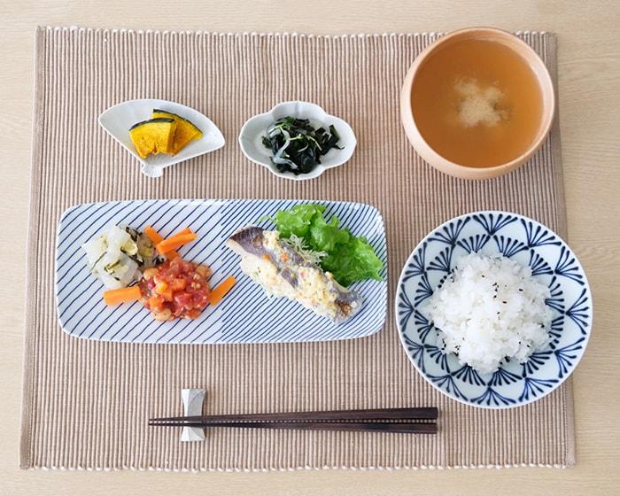 青色や白色の食器を使用した食卓コーディネート