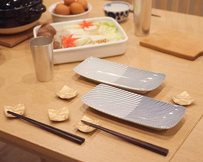 鍋をしている食卓で重ね縞を取り皿として使用している