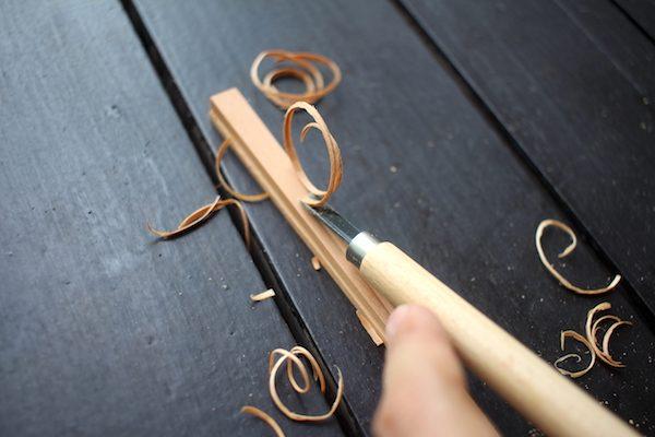 箸蔵まつかんの手作り箸を削っている様子