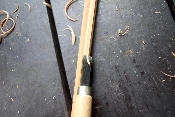 箸を彫刻刀で削っている様子