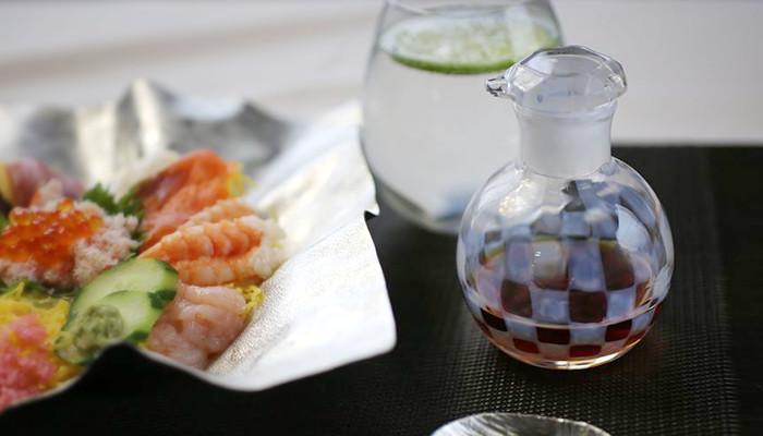 ちらし寿司と廣田硝子の醤油差し