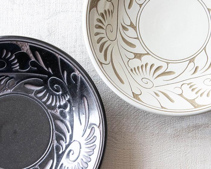 育陶園の唐草シリーズ 7寸皿の白と黒