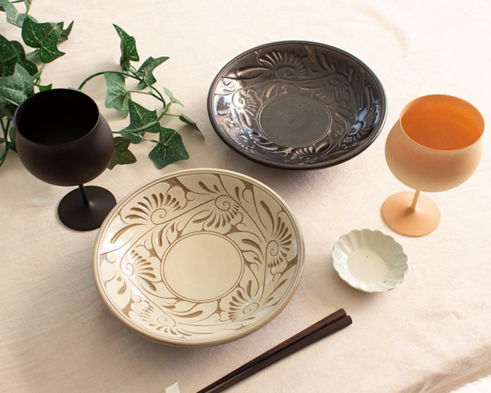 育陶園の唐草シリーズ 7寸皿と木製ワイングラス