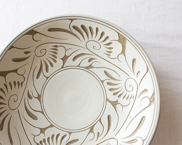 育陶園の唐草シリーズ 7寸皿の白は陶土のベージュとアイボリーの組み合わせが上品