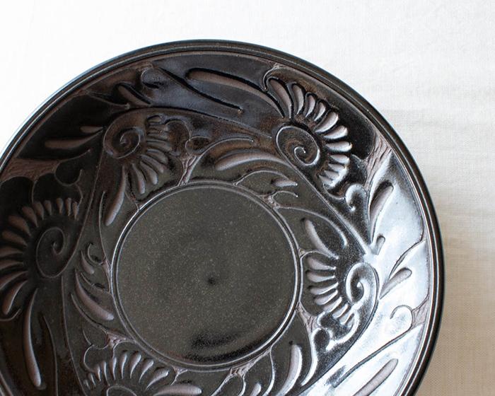 育陶園の唐草シリーズ 7寸皿の黒はマットなブラウンとツヤのある黒い釉薬が美しい