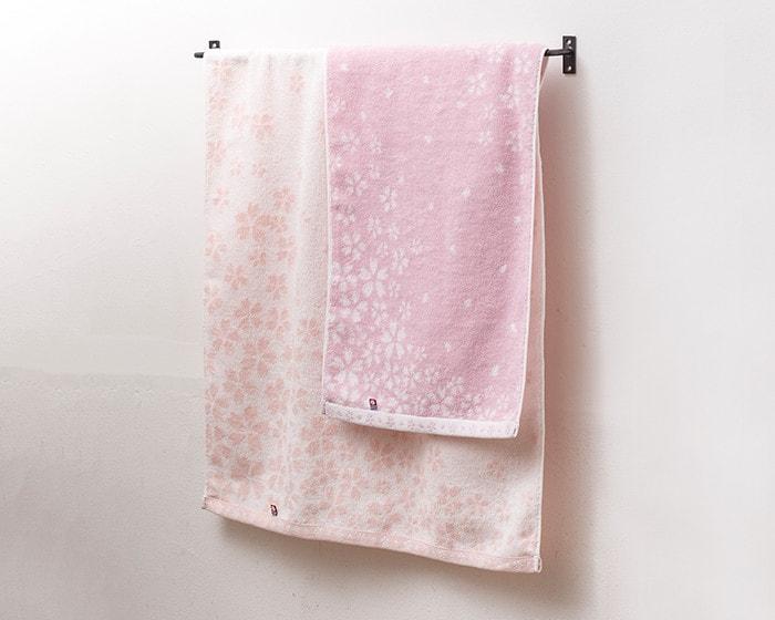 タオル掛けにかかっているさくら紋織タオル