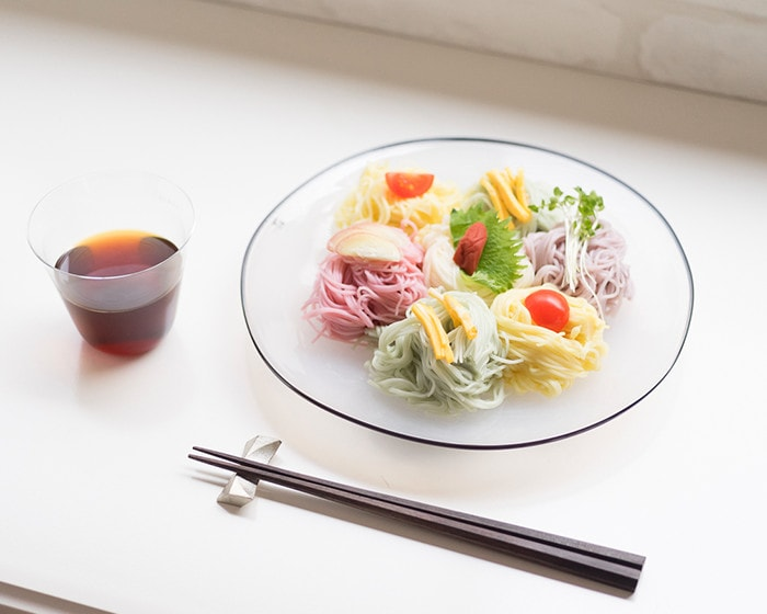 kasumiプレートに盛り付けられた5色素麺とめんつゆのはいった木村硝子店のベッロ