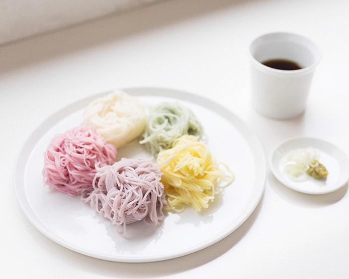 五色の素麺が盛り付けられたTYラウンドプレート