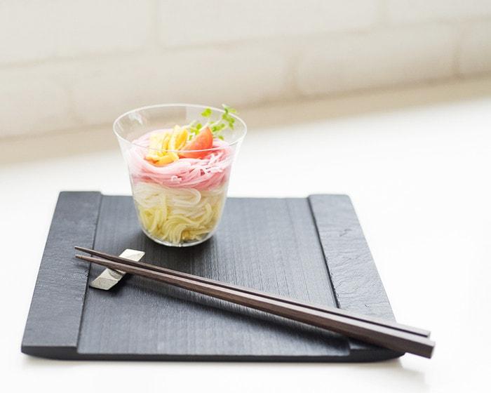 木村硝子店のベッロに素麺が盛り付けられており、SUZURIの上に乗っている