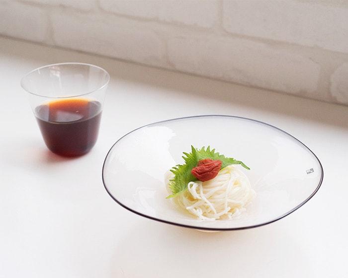 kasumiボウルに白いそうめんと梅干、シソが綺麗に盛り付けられている