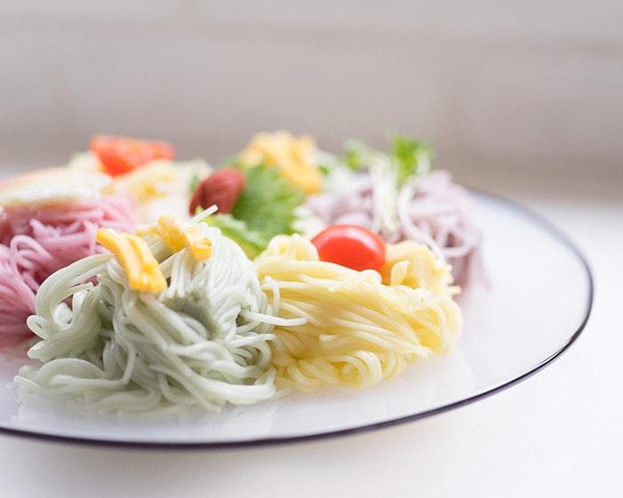 kasumiプレートにきれいに盛り付けられた五色の素麺のアップ