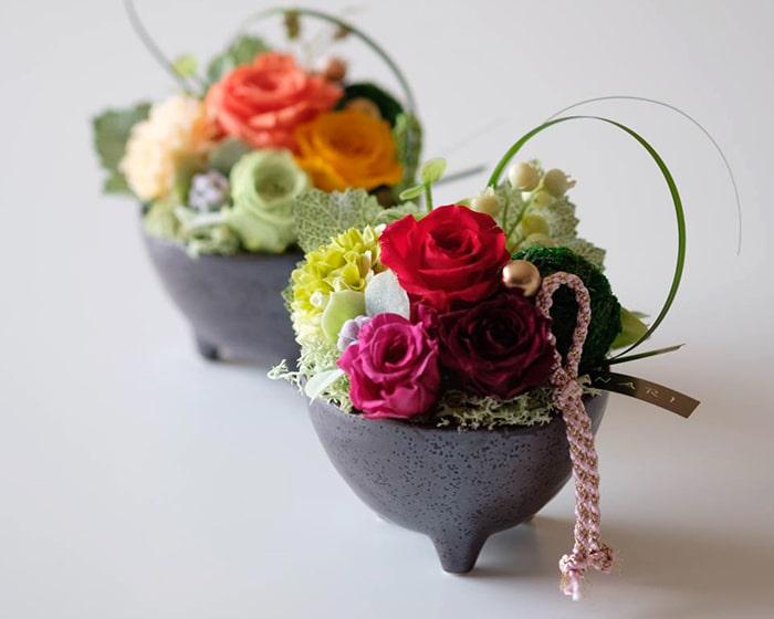 プリザーブドフラワーアレンジメントとお花を活けた有田焼の花瓶