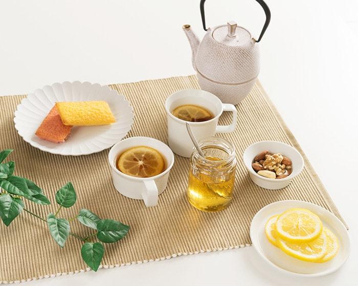 テーブルに紅茶やはちみつ、焼き菓子などが並んでいる