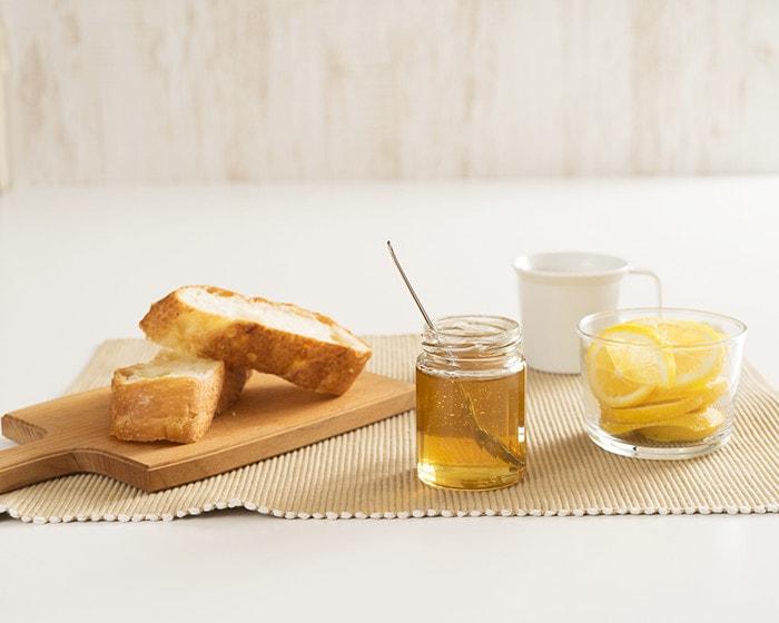 国産高級はちみつとパンとレモンティーセットが並んでいる