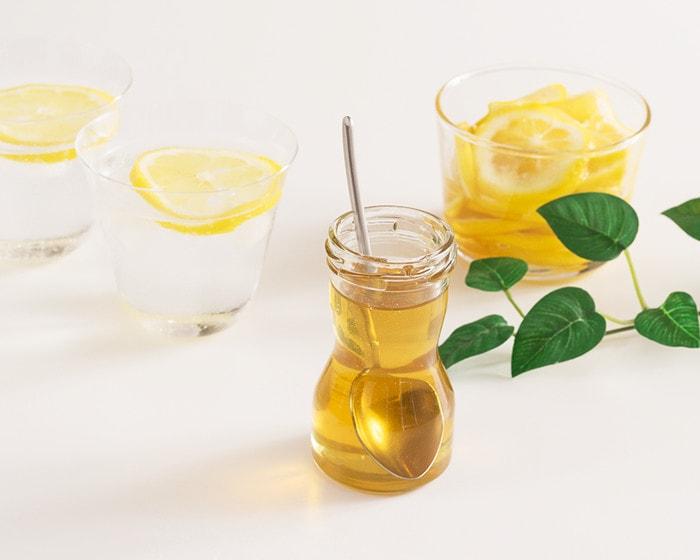 国産蜂蜜とレモンの入った瓶や炭酸水が並んでいる