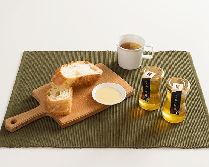 国産はちみつやパン、レモンティーが並んでいる