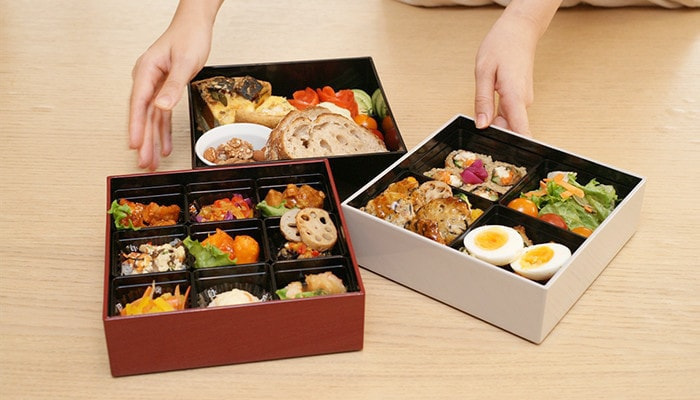 Osechi in 3 colors of Jubako boxes