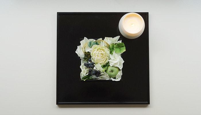 お盆に重箱に入ったお花やキャンドルが乗っていて、上から撮った写真