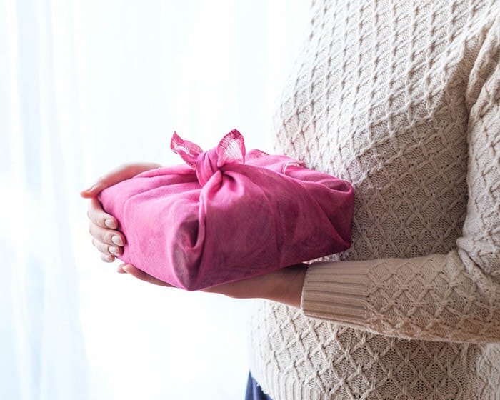 布巾で包まれた、玉手箱セットを持っている