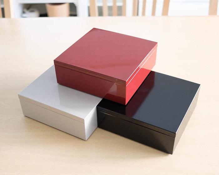 3色の重箱が並んでいる