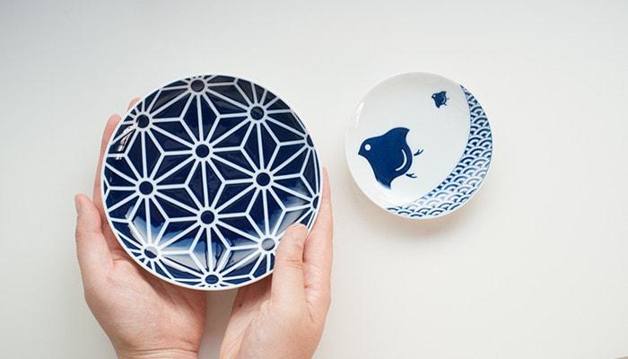 KIHARA KOMONの豆皿と取り皿の比較。取り皿を女性が持っている