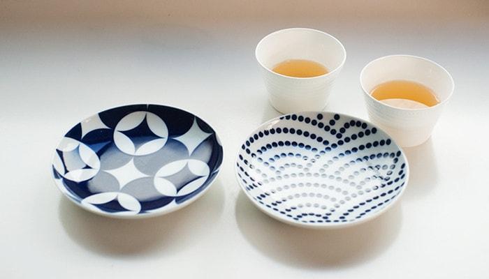 キハラkomonの豆皿2枚とお茶の入ったコップが2つ