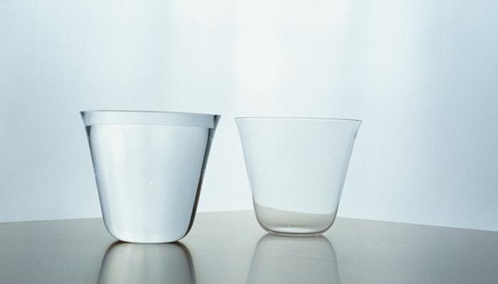 水の入った薄玻璃(うすはり)グラス・ベッロと、空の薄玻璃(うすはり)グラス・ベッロ
